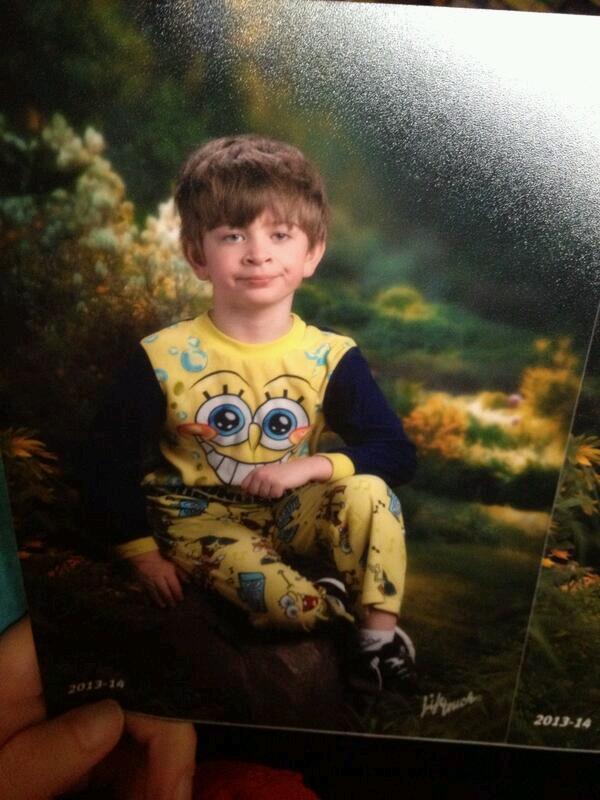 Мальчик в пижаме со Спанч Бобом