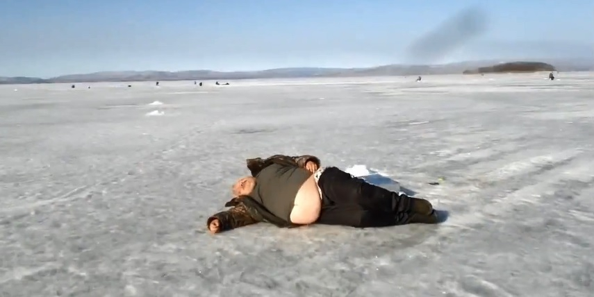 Анал плачут толстый мужик лежит страпоном парня