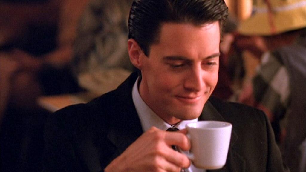агент купер твин пикс, твин пикс мемы, твин пикс продолжение, кто убил лору палмер, мемы твин пикса, купер пьет кофе, чертовски хороший кофе, купер кофе мем,