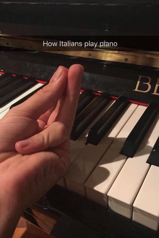 мем итальянский жест, мем как итальянцы, как итальянцы делают это, делай как итальянец, жест итальянца, сомкнутые пальцы жест, сомкнутые пальцы мем