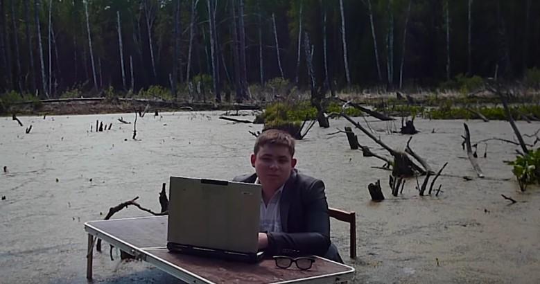 Парень сфотографировался в болоте