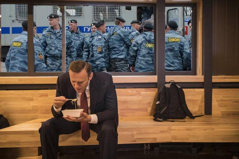 навальный ест доширак (4)