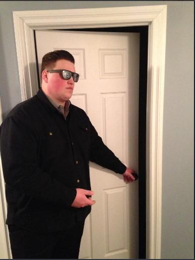 охранник открывает дверь