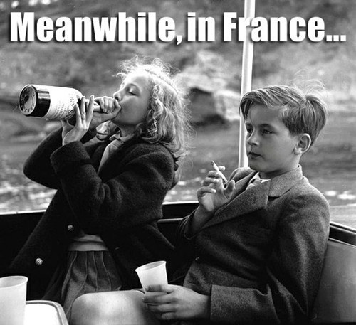 Пьющая принцесса и курящий принц, девочка пьет мальчик курит, мальчик курит девочка пьет, девочка с вином мальчик с сигаретой, принцесса ивонна и принц филлипп, старые фото, ретро фото, детский алкоголизм, детский алкоголизм фото, фотография девочка пьет мальчик курит, мем с пьющими детьми