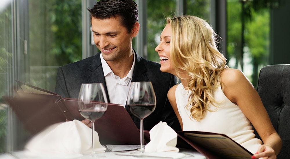 парень и девушка в ресторане мем