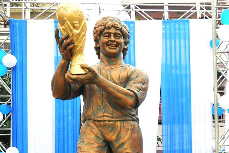 December 11, 2017 - Kolkata, India - Argentine footballer Diego Maradona remote control inaguration his bronze Statute at North Kolkata sribhumi Sporting club visit in the Indian city of Kolkata on December 11, 2017. Maradona is on a private visit to India. (Credit Image: © Debajyoti Chakraborty/NurPhoto via ZUMA Press)