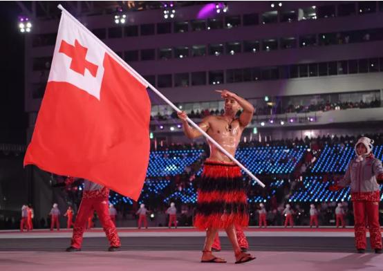 Парень в масле из Тонга повторил образ на Олимпиаде в Корее. И мороз его не остановил