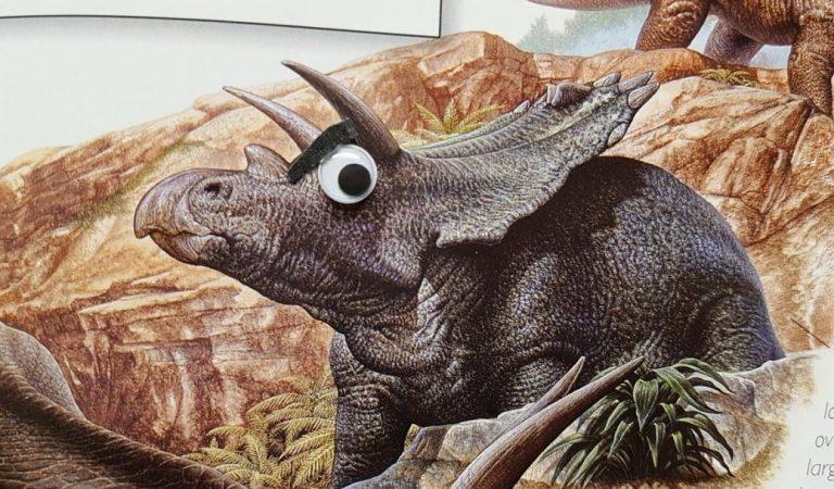 Художница приклеила динозаврам глаза из детских книжек. Получилось упорото, но весело