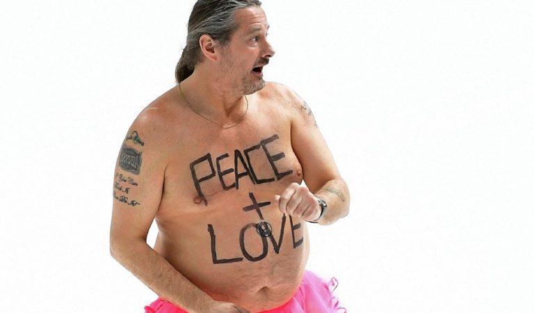 """""""Мир и любовь"""". Голый мужик в розовой юбочке вышел на олимпийский лед в Пхечхане"""