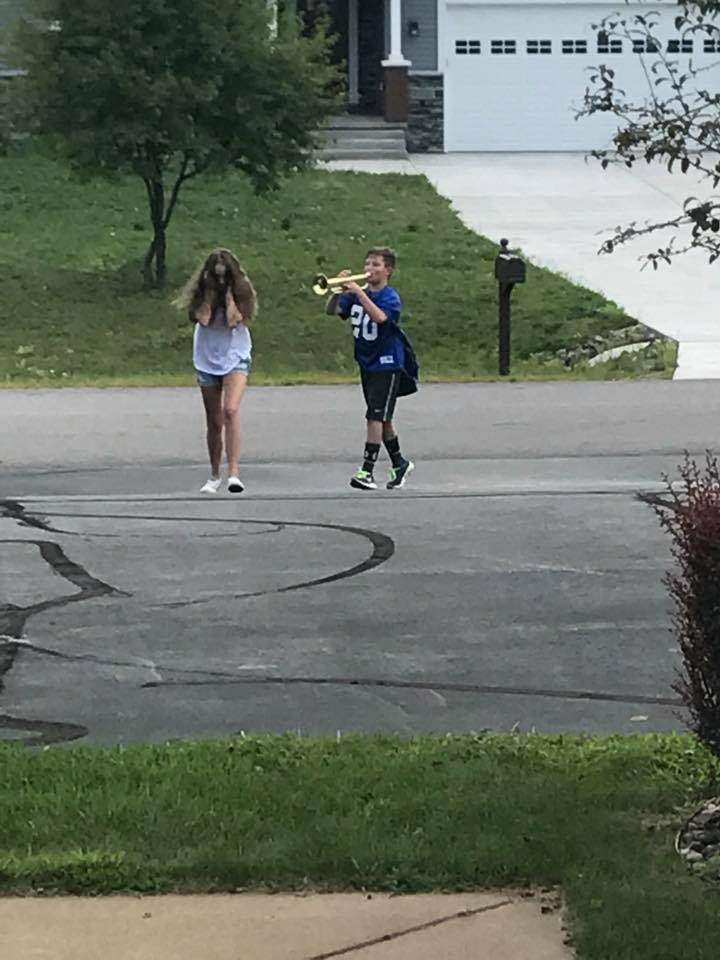 Мальчик с трубой преследует девочку