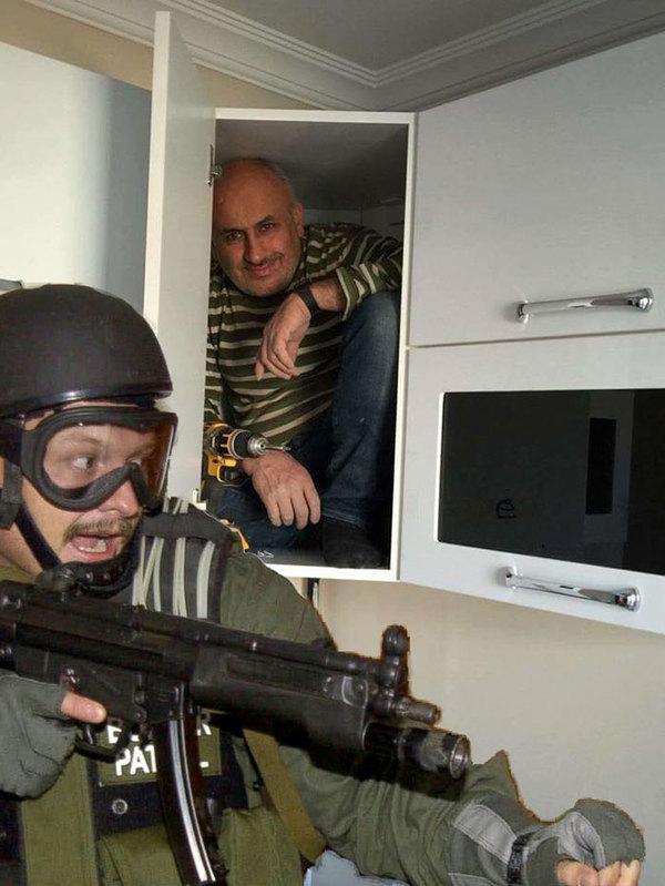 Мужик прячется в шкафу от спецназовца