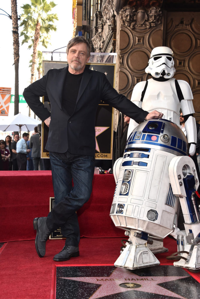Марк Хэмилл получил именную звезду на Аллее славы Голливуда. Посмотрите, как он радуется!