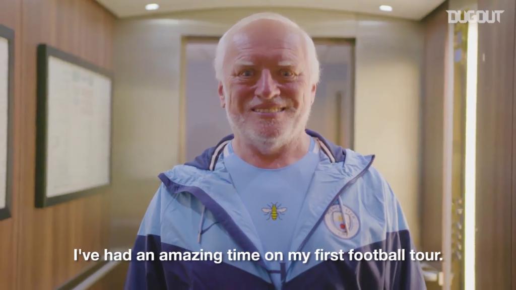 """Голубая футболка и много улыбок: скрывающий боль Гарольд снялся в ролике для """"Манчестер Сити"""""""