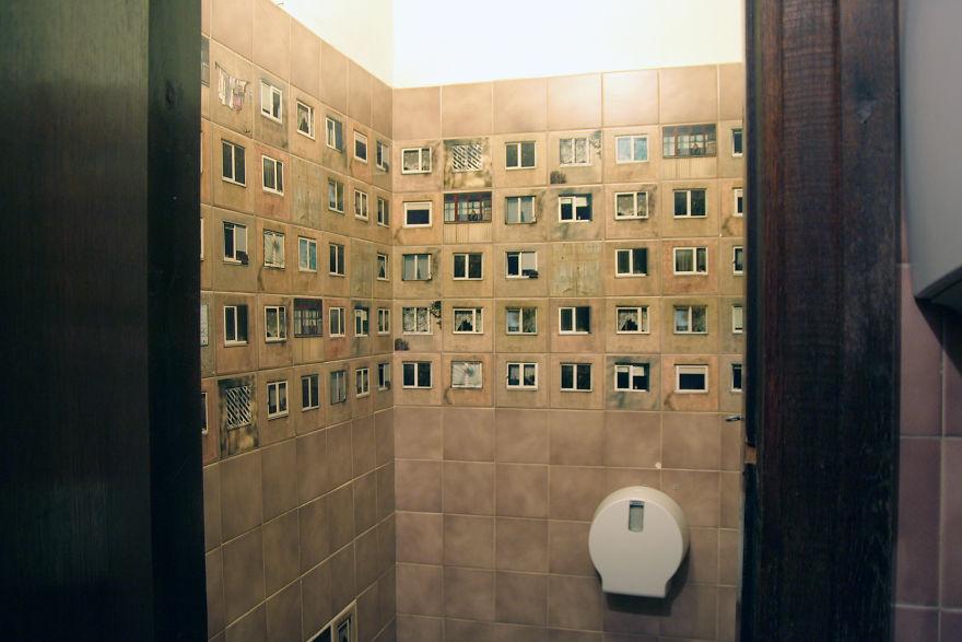 плитка с окнами в туалете