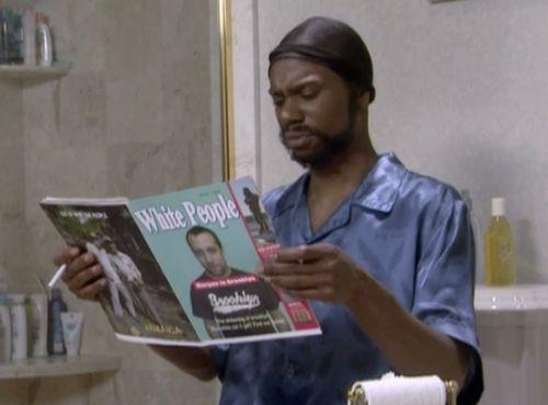 Негр читает журнал Белые люди