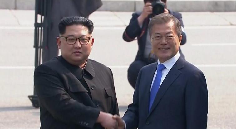 Толпа охранников Ким Чен Ына пробежала вдоль его лимузина в Южной Корее