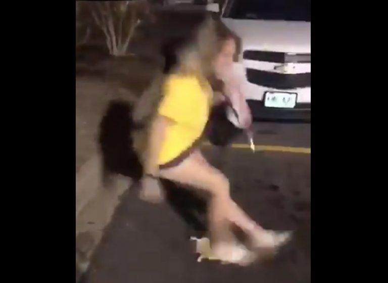 Девушка подскользнулась на банане