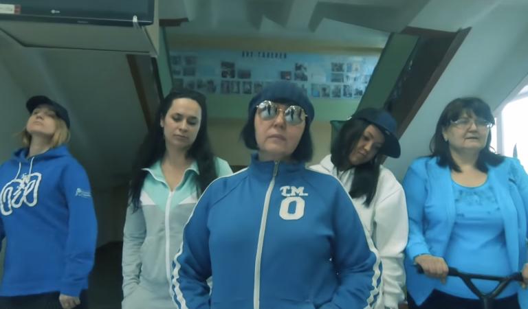 Пародии на «Цвет настроения синий» и «Притоптать». Учителя из Сыктывкара поздравили выпускников в шуточном блоге