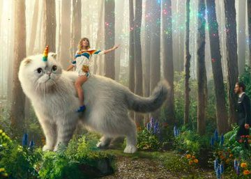 Тейлор Свифт верхом на коте-единороге