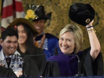 Хиллари Клинтон примерила ушанку