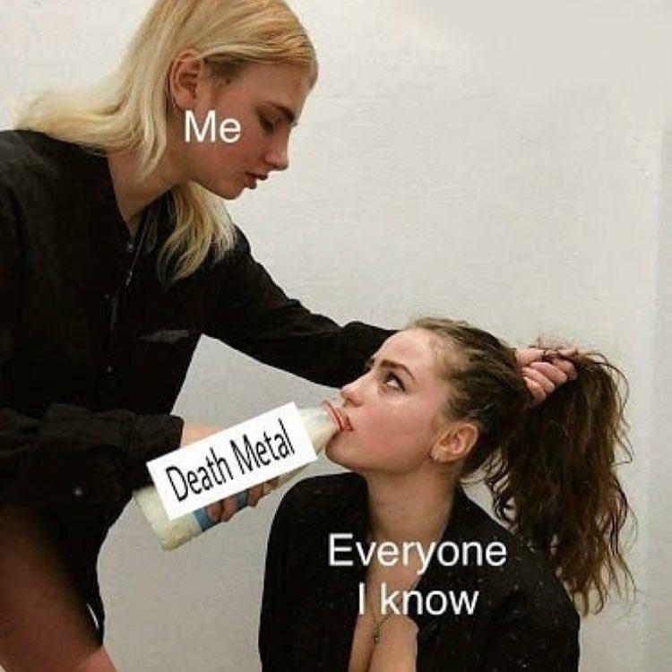 Девушку поят из бутылки