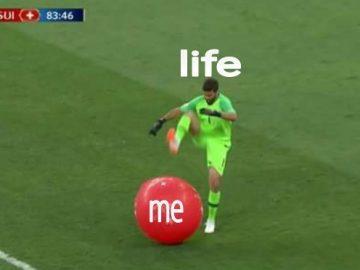 Вратарь лопнул шар