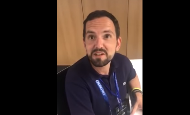 журналистка берет интервью у испанца