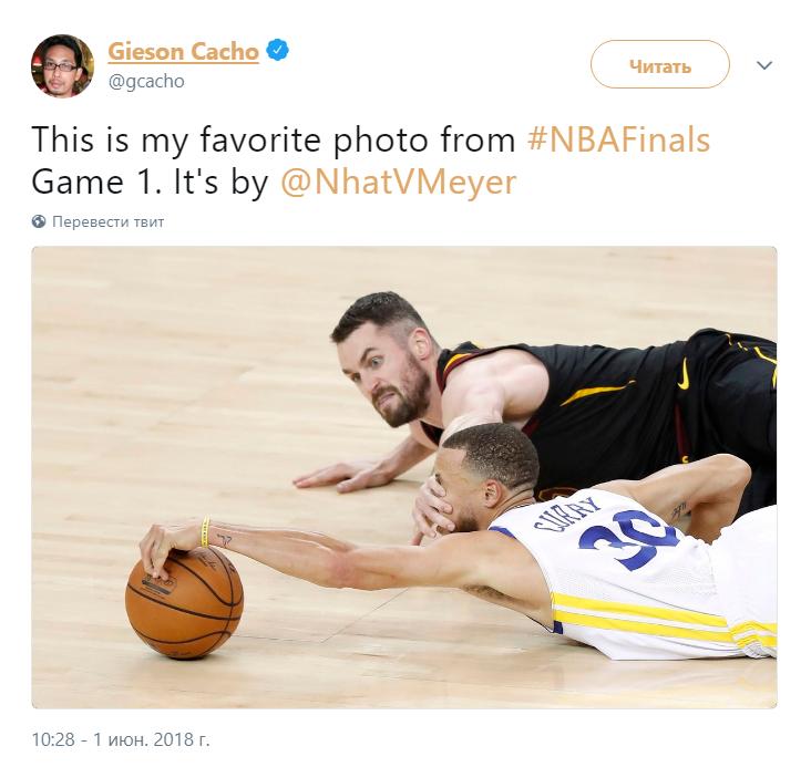 Баскетболист держит соперника за лицо мем