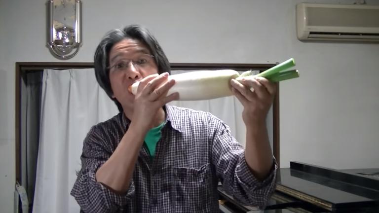 Японец играет музыку на овощах