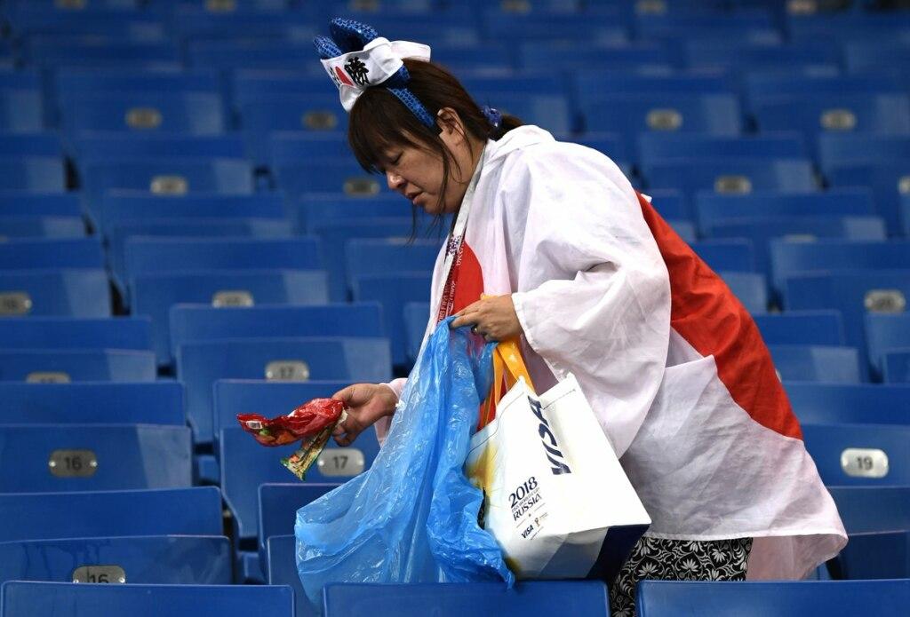 японцы убрали на стадионе