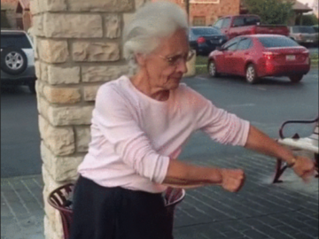 Бабуля танцует флосс