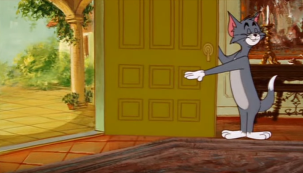 Том показывает на дверь