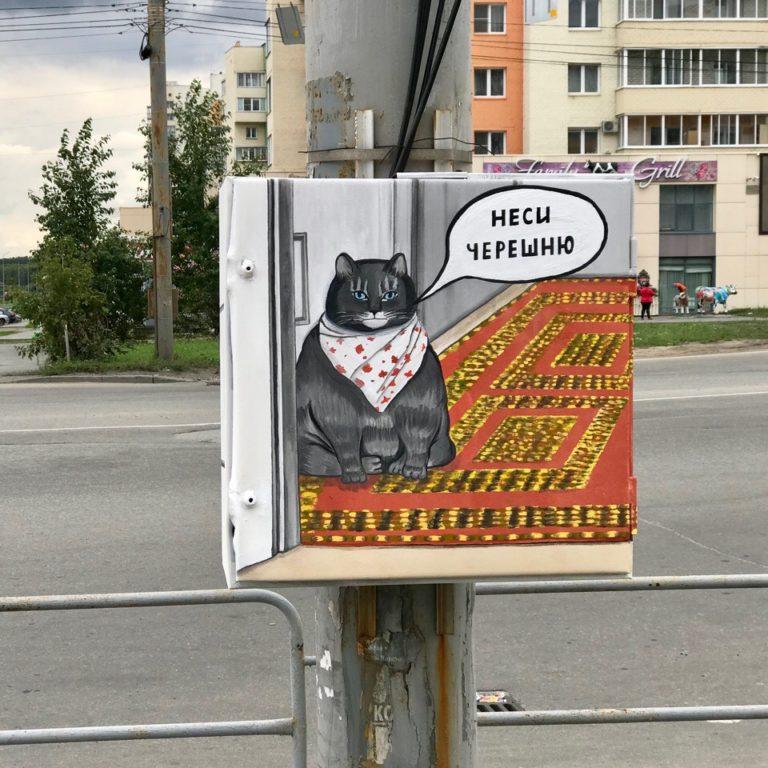 кот в слюнявчике