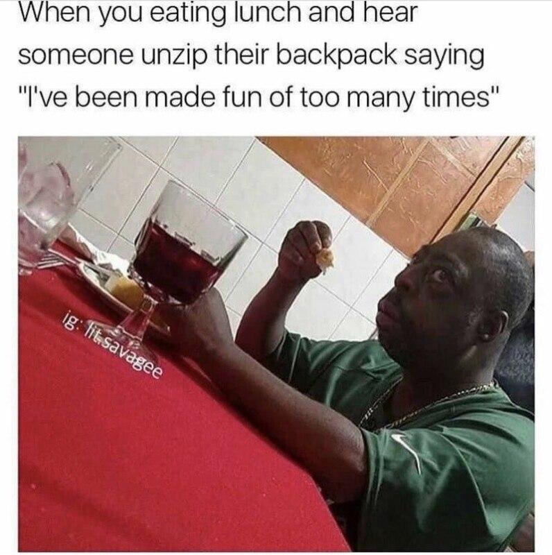Удивленный негр за столом
