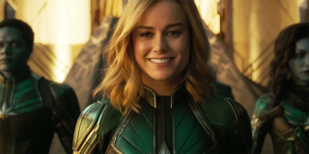 Капитан Марвел улыбка