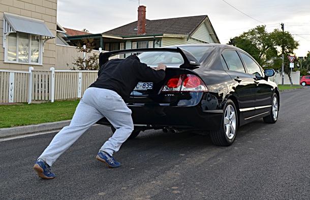 дома одна оригинал толкает машину