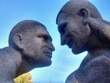 Памятник с голыми Кличко