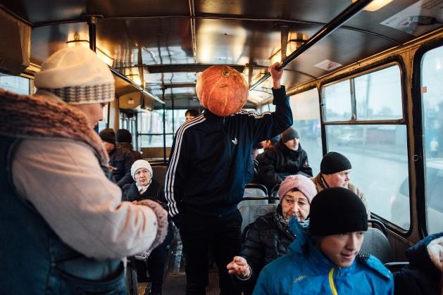 Фотограф из Новосибирска сняла приключения тыквоголового странника в олимпийке