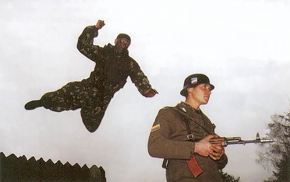 Спецназовец прыгает на солдата
