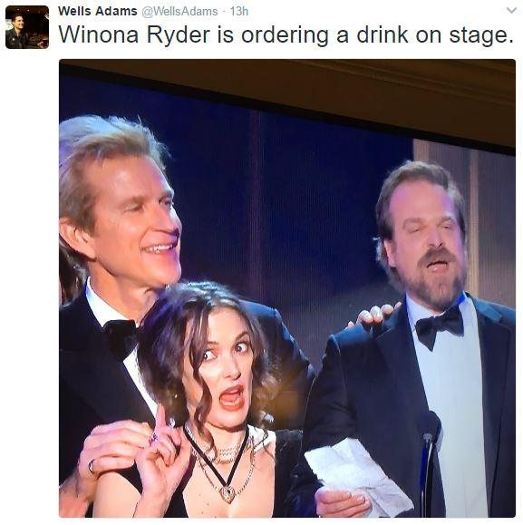 Вайнона Райдер заказывает выпить прямо на сцене