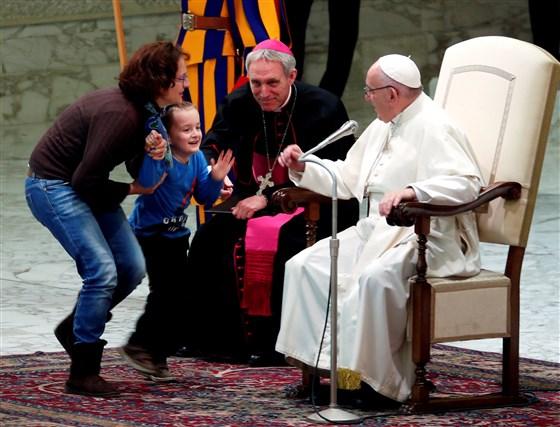 мальчик выбежал во время выступления папы римского