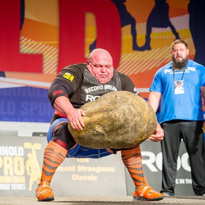 Болгарский силач поднимает камень
