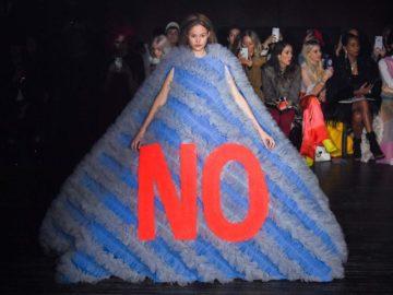 атья с интернет-слоганами на неделе моды в Париже
