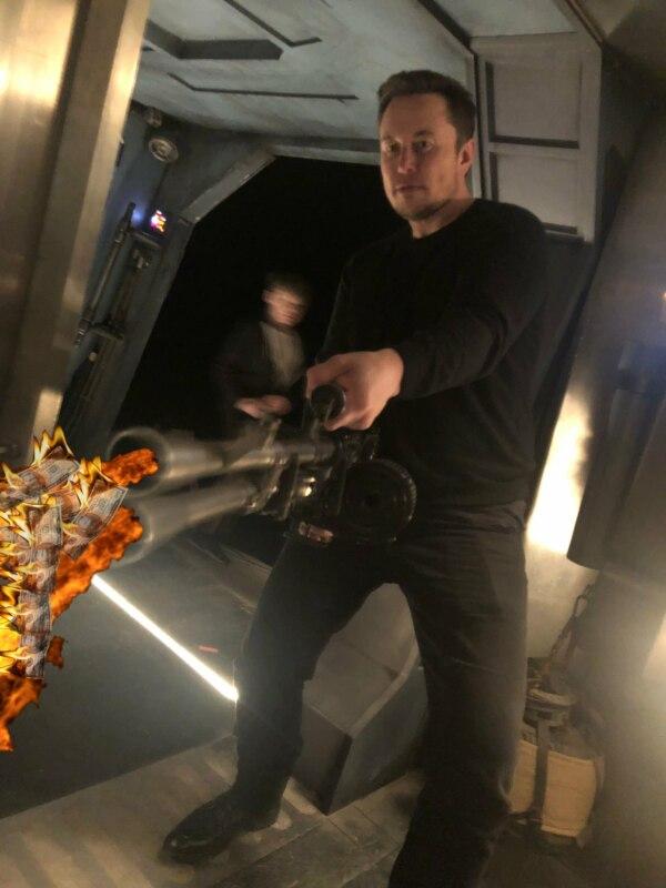 Илон Маск с оружием