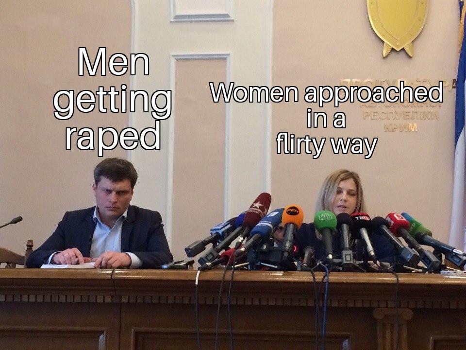 Поклонская с микрофонами и грустный мужик