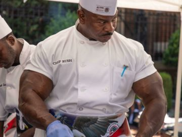 Мускулистый повар