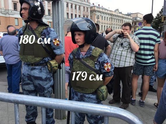 маленький полицейский на митинге