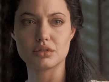 Анджелина Джоли плачет