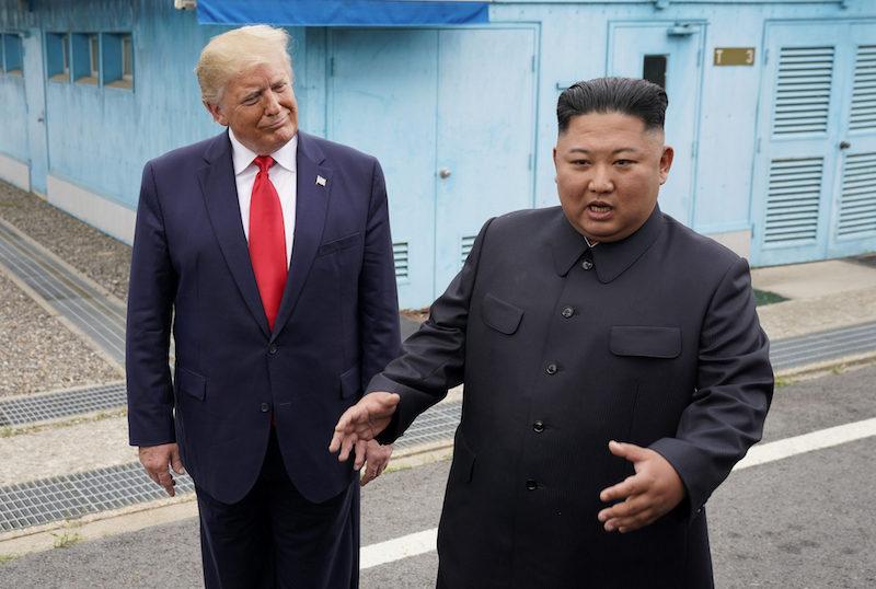 Трамп выслушивает Ким Чен Ына - шаблон мема