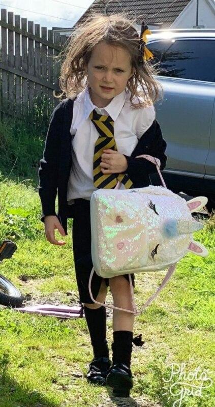 Девочка после первого дня в школе